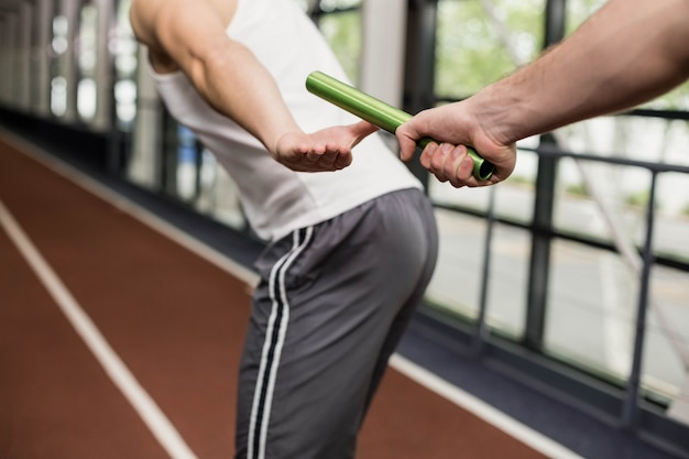Man het stokje doorgeven aan partner op het goede spoor in de sportschool