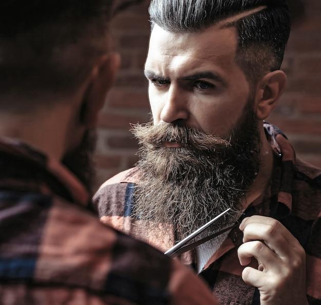 Man hipster snijden baard
