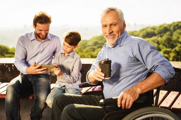 Man hold coffee grootvader zoon en kleinzoon