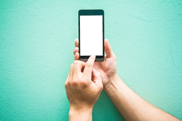 Man houden aanraken mobiele telefoon ruimte links op muur pastel