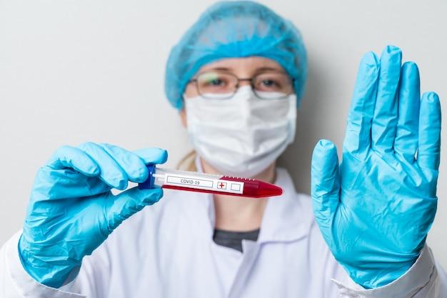 Man houdt bloedtestbuis voor sars-cov-2-analyse. chinees corona-virusbloedonderzoekconcept