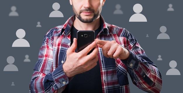 Man houdt de telefoon vast en betreedt het sociale netwerk