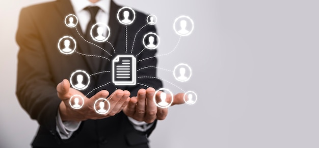 Man houdt document en gebruiker icoon. corporate data management systeem dms en document management systeem concept. zakenman klikken of publiceren op document dat is verbonden met zakelijke gebruikers