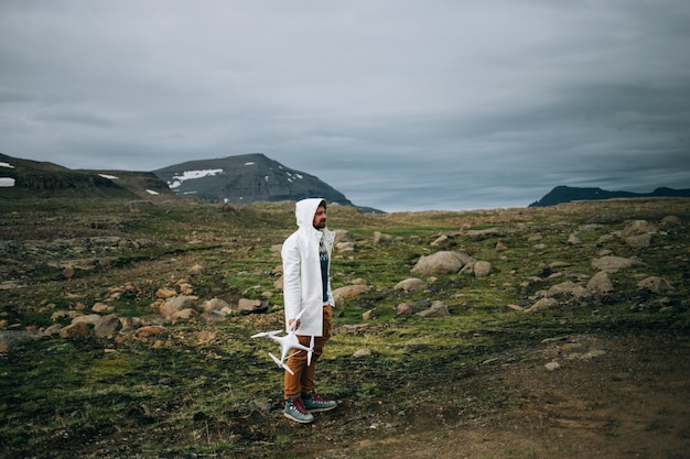 Man houdt drone en afstandsbediening in ijsland