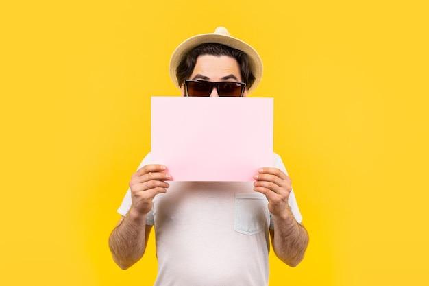 Man houdt een roze leeg vel voor tekst