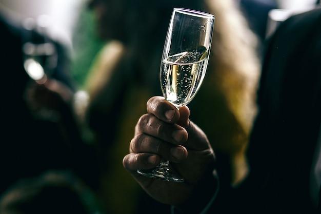 Man houdt glas met champagne