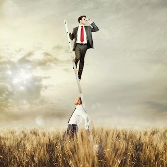 Man houdt ladder omhoog voor man met verrekijker