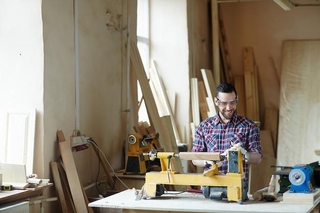 Man houtbewerking