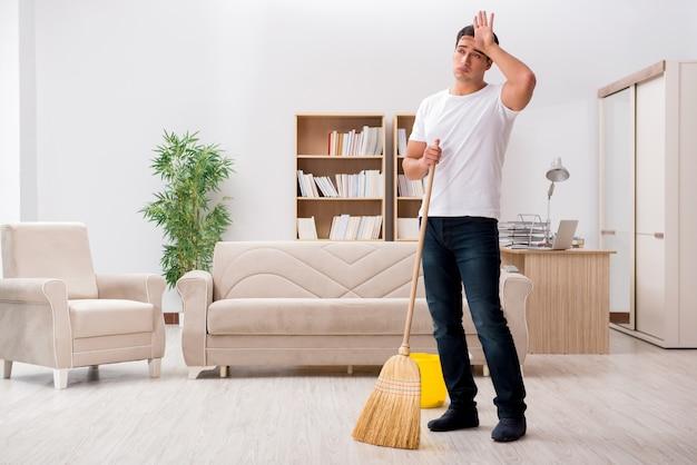 Man huis met bezem schoonmaken