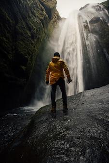 Man ijsland verkennen. wanderlust-ontdekkingsreiziger die ijslandse natuurlijke wonderen ontdekt