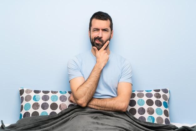 Man in bed denken