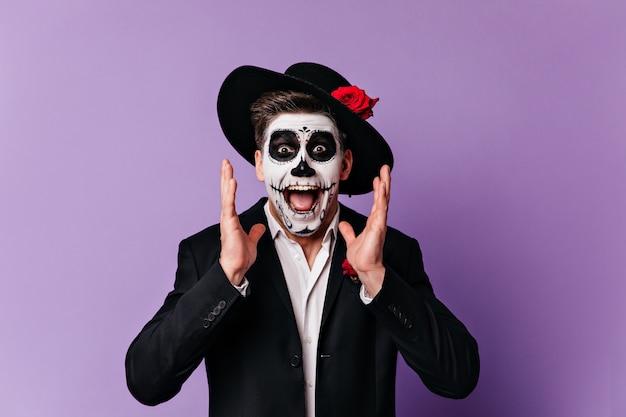 Man in beeld van skelet schreeuwt emotioneel, camera kijken met enthousiasme.