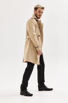 Man in beige jas mode kapsel moderne stijl herfst