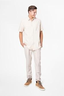 Man in beige shirt en broek vrijetijdskleding mode full body Gratis Foto