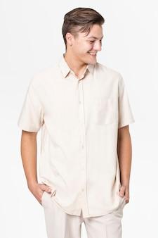 Man in beige shirt en broek vrijetijdskleding mode