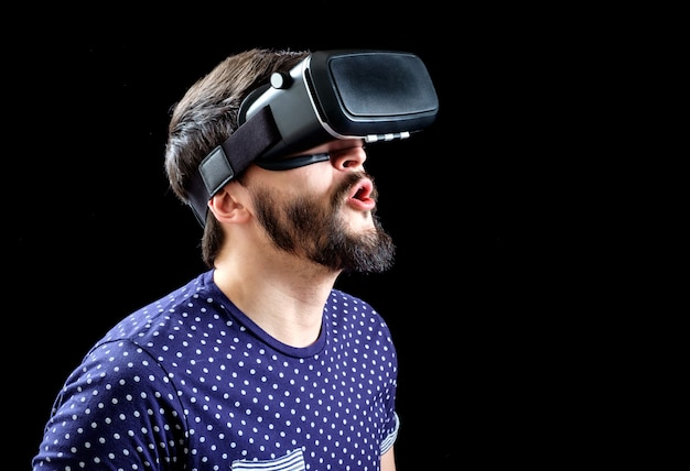 Man in blauw gestippeld t-shirt met virtual reality 3d-headset