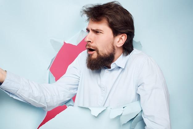 Man in blauw shirt breekt door de achtergrond baan business