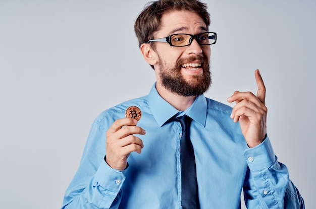 Man in blauw shirt met stropdas cryptocurrency bitcoin emotie financiën investeringen Premium Foto