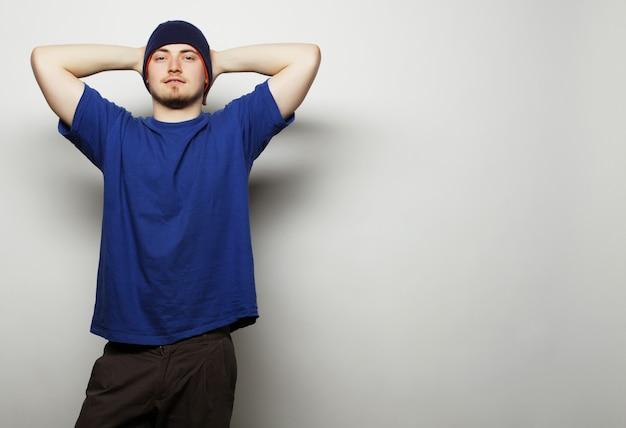 Man in blauw t-shirt en blauwe hoed.