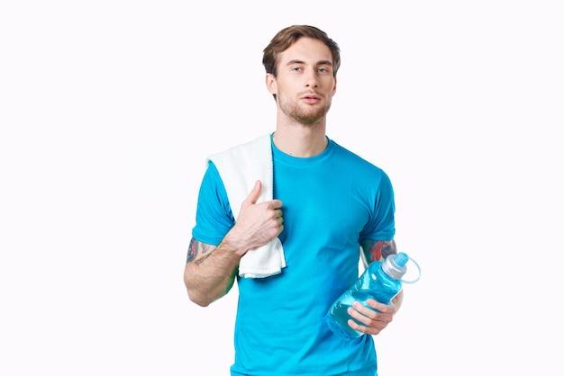 Man in blauw t-shirt fles water gezondheid fitness. hoge kwaliteit foto