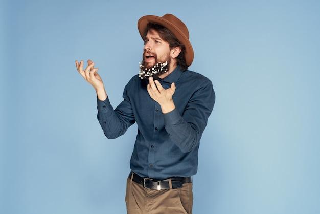 Man in bloemen hoed in baard emoties ecologie stijl blauwe achtergrond