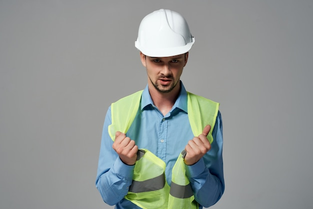 Man in bouw uniforme blauwdrukken bouwer geïsoleerde achtergrond