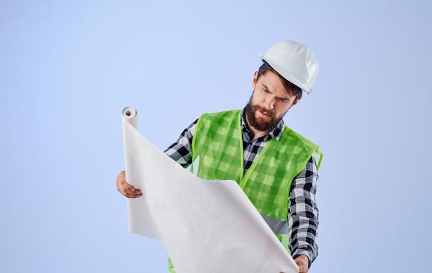 Man in bouw uniforme blauwdrukken professionele ingenieur werk blauwe achtergrond. hoge kwaliteit foto