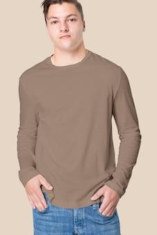 Man in bruin t-shirt met lange mouwen herenmode studioportret