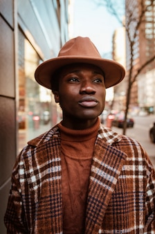 Man in bruine hoed en jas