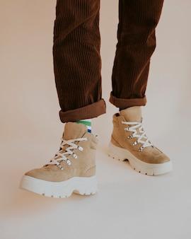 Man in bruine suède sneakers