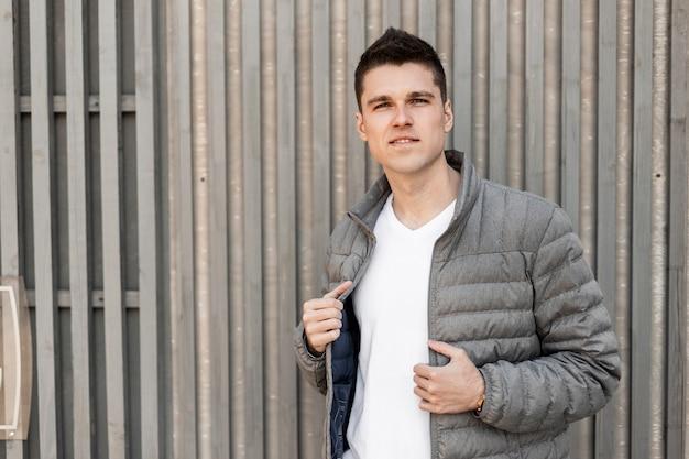 Man in casual uitloper met jas buitenshuis