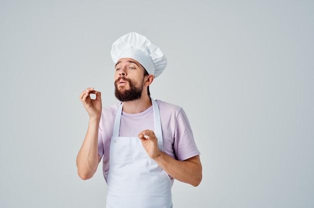 Man in chef-kok uniform professioneel werk service lichte achtergrond