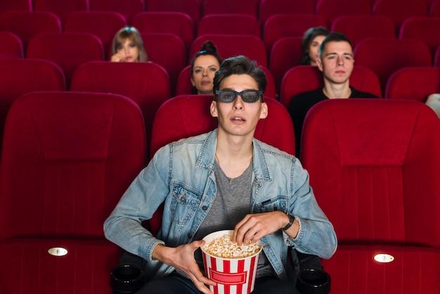 Man in de bioscoop