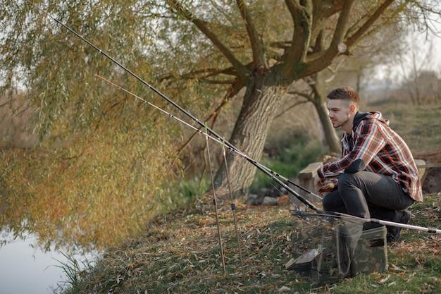 Man in de buurt van de rivier in een visochtend