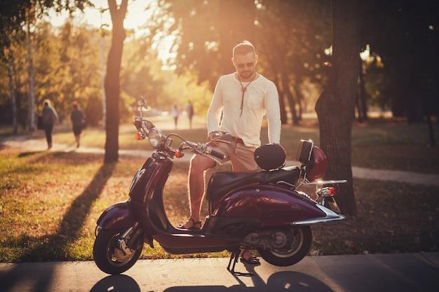 Man in de buurt van scooter