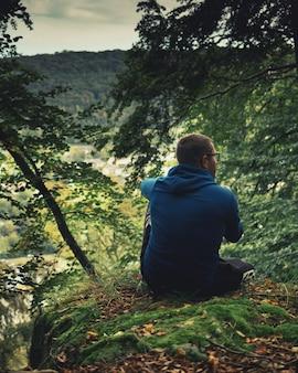 Man in de herfst prachtig bos