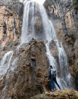 Man in de natuur bij waterval