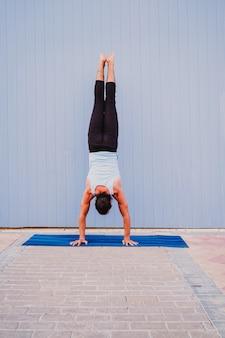 Man in de stad beoefenen van yoga sport