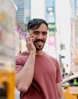 Man in de stad praten via de telefoon