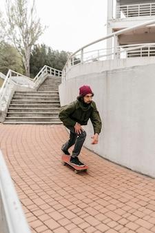 Man in de stad rijdt op zijn skateboard