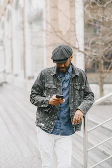Man in de straat. bedrijfsconcept. kerel met mobiele telefoon.