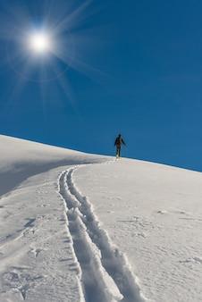 Man in de winter skiën