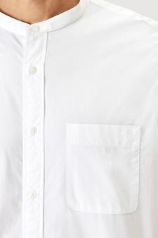 Man in de zak van een wit overhemd