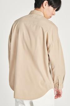 Man in een beige overhemdsmodel