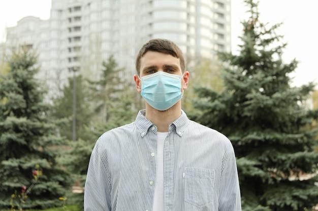 Man in een beschermend masker. coronapandemie