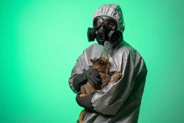 Man in een beschermend pak en gasmasker