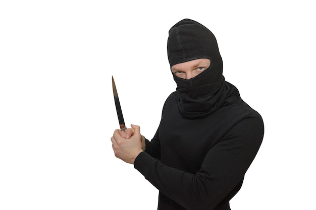 Man in een bivakmuts met een mes portret geïsoleerd op een witte muur