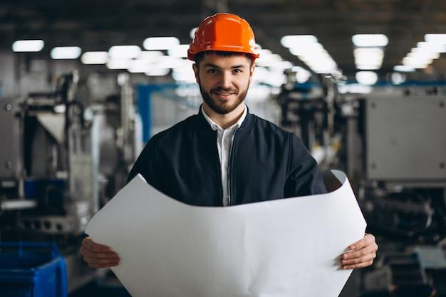Man in een fabriek