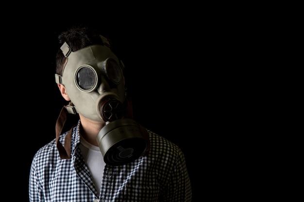 Man in een gasmasker op een zwarte achtergrond. kopieer ruimte