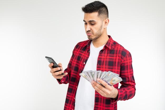 Man in een geruit overhemd meldt geld gewonnen met kopie ruimte